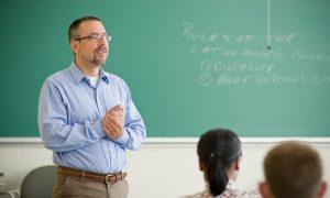 Seap/DF abre inscrições para pedagogo-orientador. Remuneração de até R$ 3.579,42