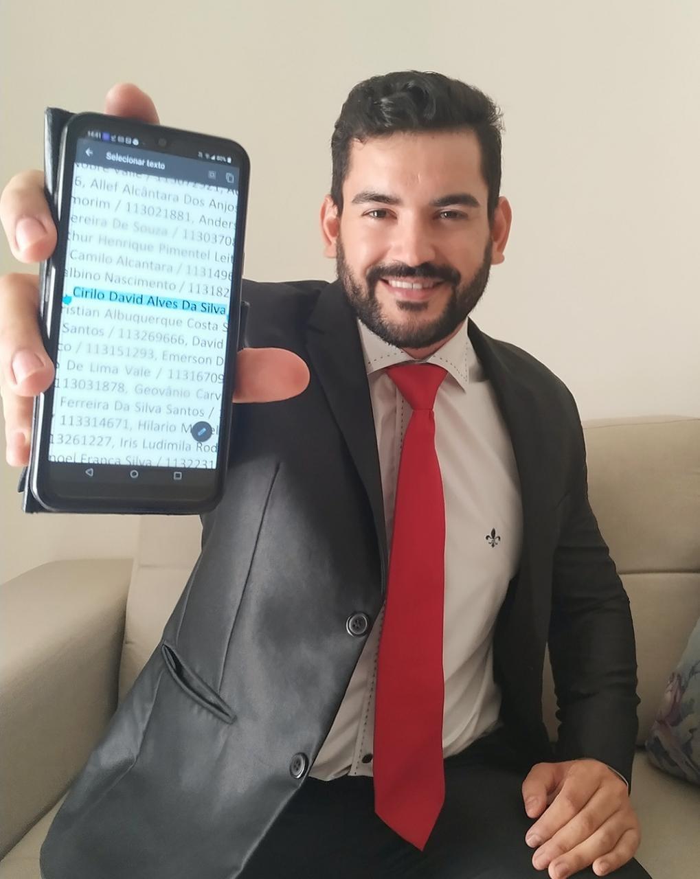 """""""Vencer e nunca desistir"""", diz o mais novo aprovado no Exame OAB, Cirilo da Silva."""